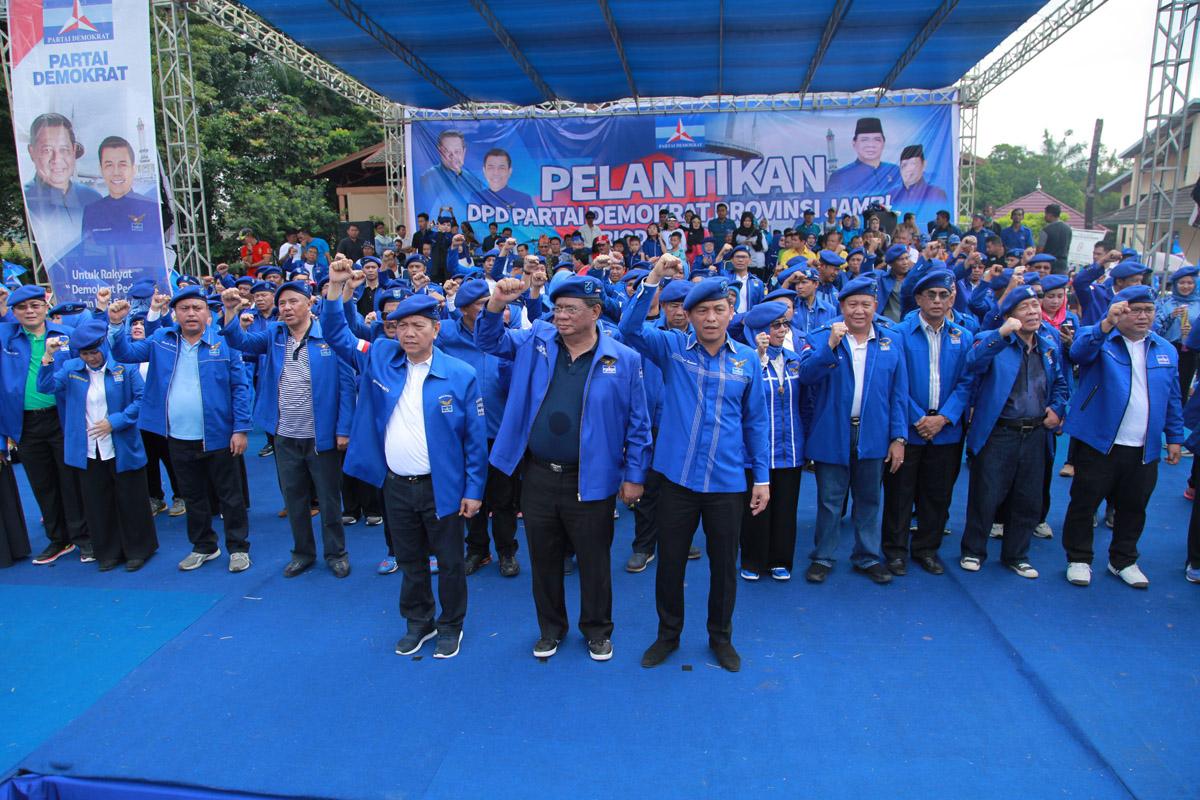 Pengurus DPD-PD Provinsi Jambi periode 2016-2021 yang dilantik di hadapan puluhan ribu rakyat di Gedung Olahraga Kotabaru Kota Jambi, Minggu 26 Maret 2017.