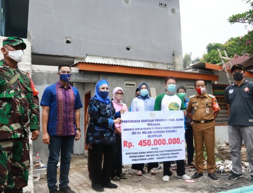 Melani Leimena Serahkan Bantuan PKBL Rp 450 Juta