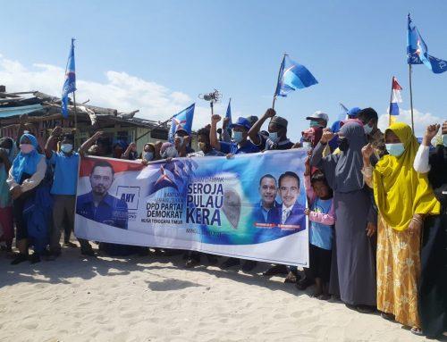 Ketua Demokrat NTT Bagi Bantuan dari AHY kepada Warga Terdampak Badai Seroja di Pulau Kera